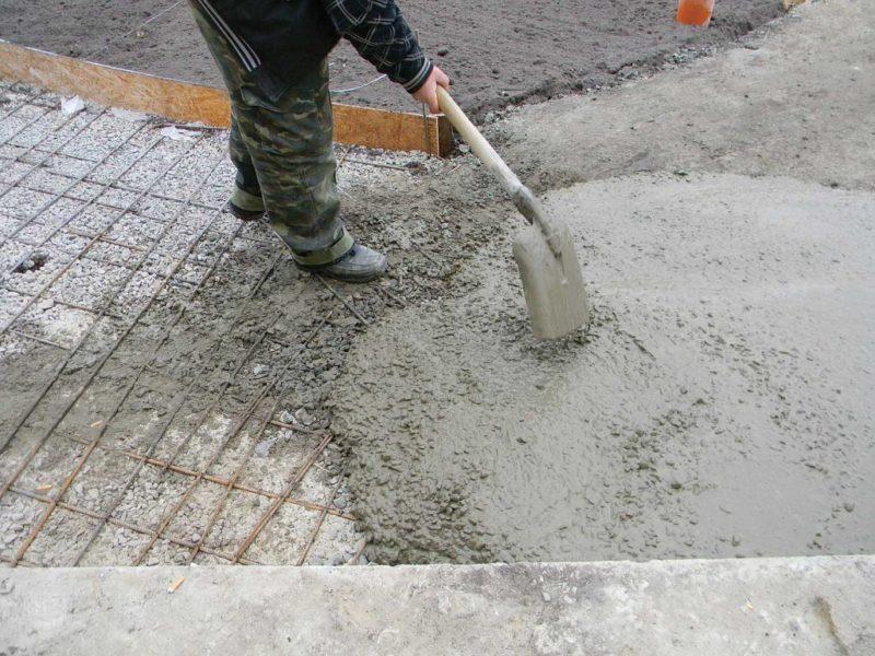 Этапы монтажа бетонных дорожек на даче