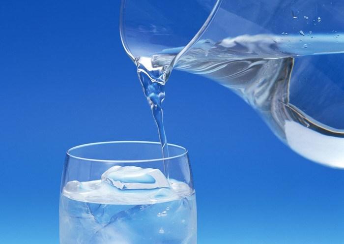 Идеальный вариант – дистиллированная вода, нагретая до комнатной температуры