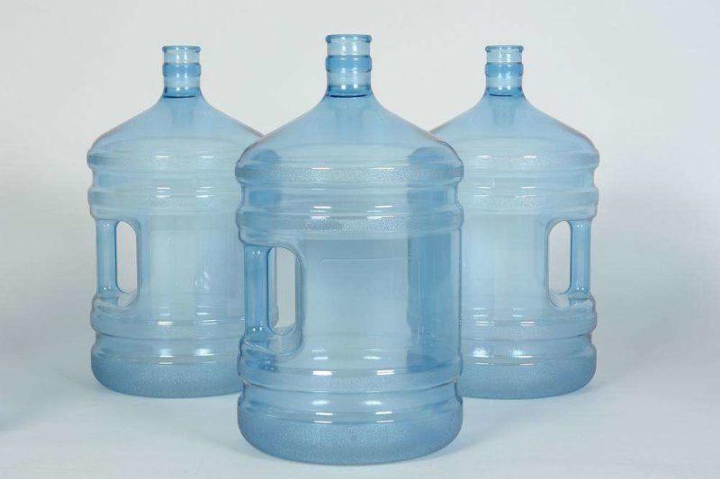 Дорожка из больших бутылок