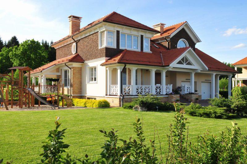 Дом и малые архитектурные формы - не менее 5 и 1 метра
