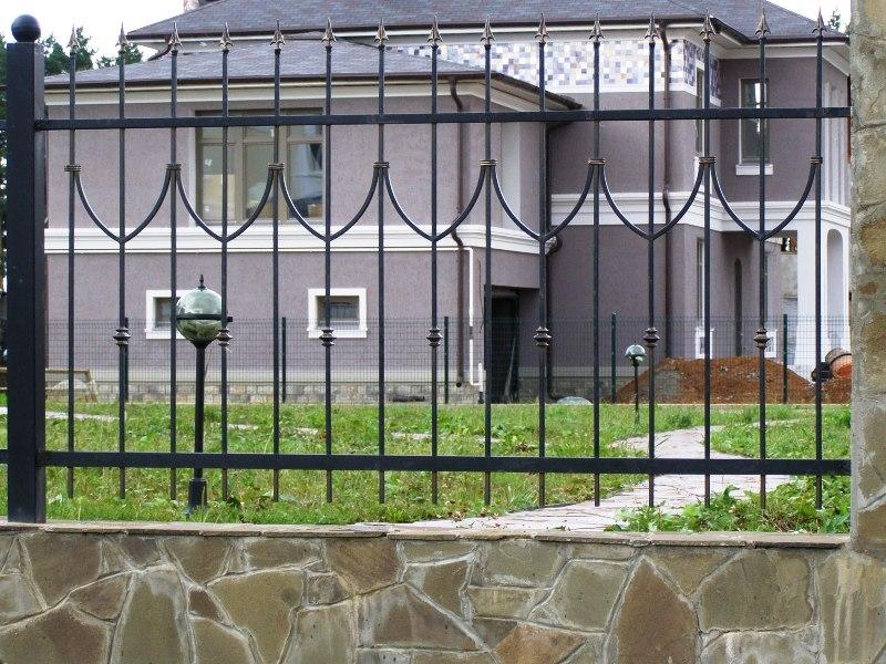 Кованое железо великолепным образом сочетается с кирпичом и камнем, также сгодится бетон и древесина.