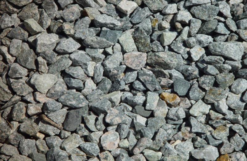 На дно отверстия рекомендуется насыпать незначительный слой щебня – он улучшит прочность всей конструкции, не только опорных балок.