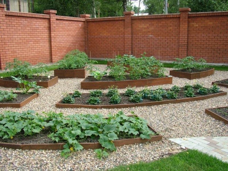 Легче делать естественный подогрев, за счет создания послойной грядки с биотопливом, для выращивания огурцов, перцев и других овощных растений, любящих тепло