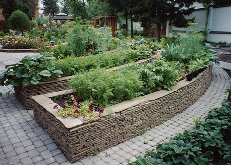 Природный камень — вот чем недорого можно оградить место выращивания овощей на даче