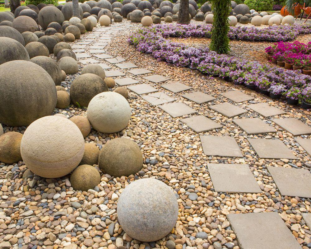 Части гравия могут выпадать в разных местах сада