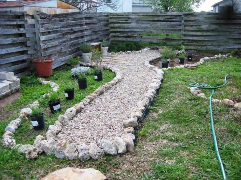 Время от времени будет требоваться прополка, потому что между камней будут прорастать травинки